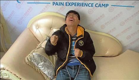 Wu Jianlong vääntelehti kivuista tuskasimulaattorissa Shandongissa.