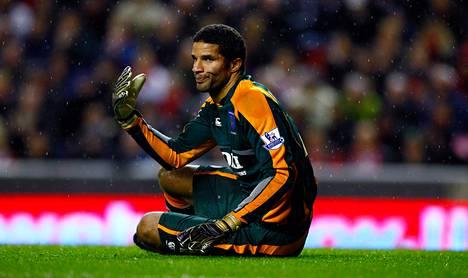 Portsmouthin maalilla istuva David Jameslokakuussa 2008. Tuolloin pelipaidan pystyi pitämään vielä päällään, nyt paidat ovat mynnissä.