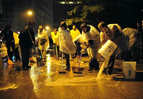 Zuccotti-puistoon leiriytyneet mielenosoittajat siivosivat puistoa torstai-iltana. New Yorkin kaupunginjohtaja Michael Bloomberg uhkasi häätää mielenosoittajat puistosta, jotta se saataisiin siivottua.