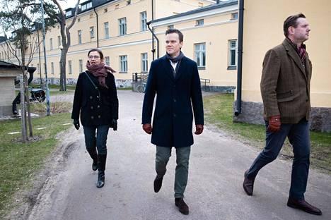 Arkkitehtitoimisto Ark-Byroon toimitusjohtaja ja arkkitehti Marianna Heikinheimo, kiinteistösijoitusyhtiö Nrepin johtaja Joonas Lemström ja Moomin Characters Oy:n toimitusjohtaja Roleff Kråkström kävelivät Lapinlahden sairaala-alueella huhtikuussa.