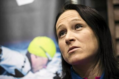 Aino-Kaisa Saarinen oli torstaina mietteliäänä hiihtomaajoukkueen tiedotustilaisuudessa.