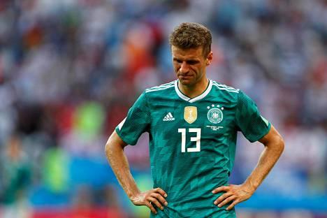 Thomas Müller pettyneenä, kun Saksa oli juuri pudonnut MM-kisoista kesäkuun lopussa.