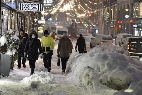 Rokotusten viipyminen haittaa talouskasvua. Kuva on Aleksanterinkadulta Helsingin keskustasta.