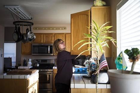 Kasinotyöntekijä Kristie Strejc on äänestänyt demokraattien esivaaleissa Nevadassa jo ennakkoon.