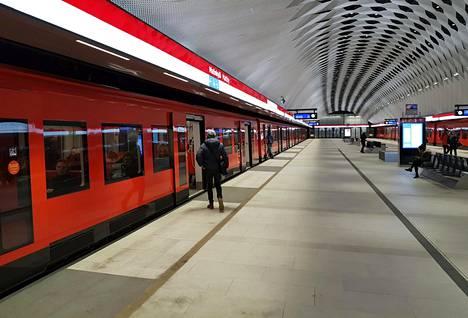 Länsimetro maksaa Espoolle satoja miljoonia enemmän kuin on kerrottu. Metrojuna seisoi Matinkylässä Espoossa 12. maaliskuuta.