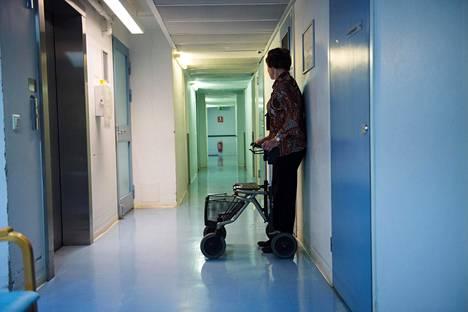 Koronavirusepidemian vuoksi monet palvelutalot ovat kieltäneet ulkopuolisten vierailut.