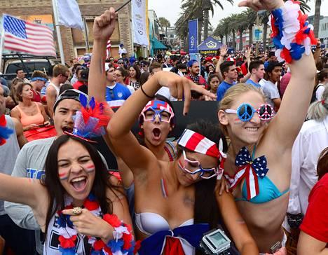 Jalkapallofanit kerääntyivät Kalifornian Hermosa Beachille seuraamaan alkulohkopeliä Saksaa vastaan.