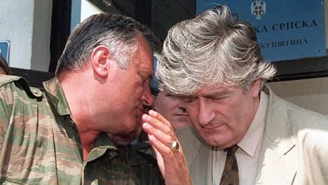 Ratko Mladić (vas.) ja Radovan Karadžić kuvattiin Bosnian sodan aikana elokuussa 1993 serbialueen päämajakaupungissa Palessa.
