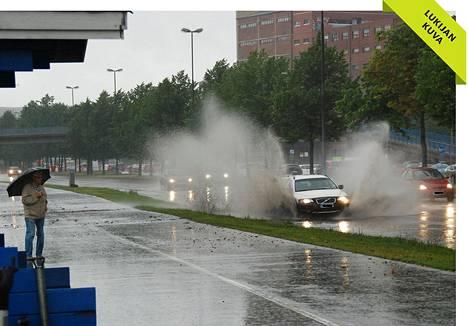Rankkasateitten aiheuttamaa tulvimista Suvilahdenkadulla keskiviikkona.