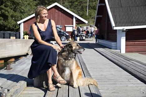 Inka Kallén näyttelee Aku Louhimiehen Odotus-elokuvassa. Elokuvaa kuvattiin kesällä Seilin saarella.