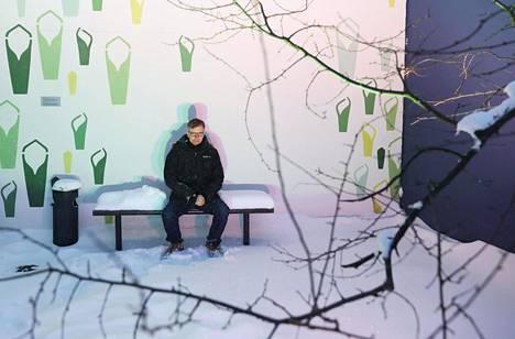 Suomen pitäisi olla Ruotsille jopa kiitollinen, sanoo Heikki Hiilamo. Hänet kuvattiin kotipihallaan Helsingin Arabianrannassa.
