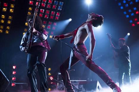 Bohemian Rhapsody -elokuvassa kitaristi Brian Mayta (vas.) näyttelee Gwilym Lee, Freddie Mercuryä Rami Malek ja basisti John Deaconia Joseph Mazzello.