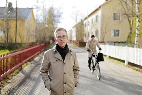 Duunarivanhempien lapsi Janne Hakkarainen lähti yliopistoon opiskelemaan germaanista filologiaa. Kotona kannustettiin lukemaan, vaikka luettavaa ei juuri ollut.