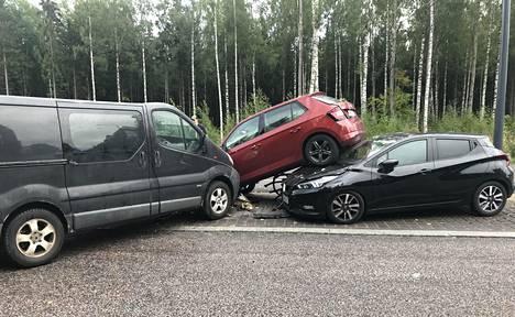 Pakettiauto sysäsi henkilöauton toisen konepellin päälle.