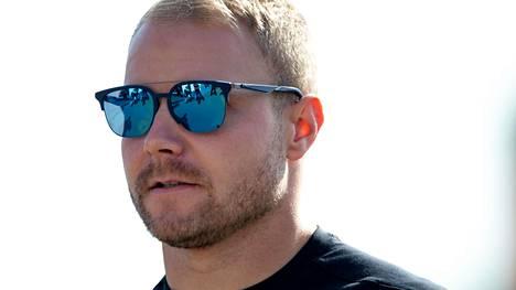 Valtteri Bottas testaa osaamistaan virtuaalikilpailussa.