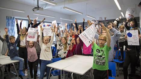 Kulosaaren ala-asteen 2A- ja 5A-luokat suunnittelivat ryhmissä omat vaalijulisteensa. Niihin kirjattiin ryhmien nimien lisäksi ideoita, miten Helsingin kuntaa voisi kehittää.