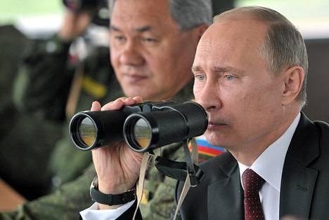 Venäjän presidentti Vladimin Putin ja puolustusministeri Sergei Shoigu (vas.) seurasivat armeijan harjoituksia Tyynellä valtamerellä lähellä Sahalinin saaria viime heinäkuussa.