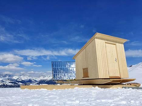 Auringonvalolla lämpiävä sauna lämpiää ulkopuolella olevien peilien avulla. Lämmitettäessä koko sauna käännetään niin, että aurinko osuu peileihin.