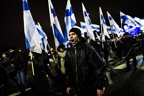 Katupartioliike Soldiers of Odinin järjestämä Turvallinen Suomi takaisin -mielenosoitus kulki sinivalkoisissa väreissä.