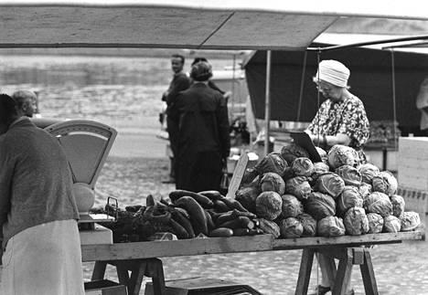 Tammelan torilla on hiljaista varhaisina aamupäivätunteina. Vihannesvalikoimat ovat nyt runsaimmillaan.