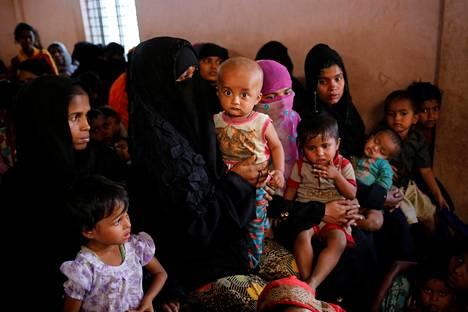 Rohingya-kansaan kuuluvat pakolaiset jonottivat terveystarkastukseen ja saadakseen ilmaista vauvanruokaa Kutupalangin pakolaisleirillä Cox's Bazarissa Bangladeshissa viime sunnuntaina.