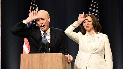 """Joe Bidenia esittävä Jim Carrey ja Kamala Harrisia näyttelevä Maya Rudolph näyttävät """"luuserin"""" l-kirjainta Saturday Night Liven lauantain lähetyksessä."""