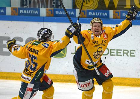Juhliiko Lukko tänäänkin? Lukon Harri Tikkanen (vas) ja Ville Vahalahti juhlivat Vahalahden 1-2 jatkoaikamaalia viidennessä välieräottelussa 9. huhtikuuta Tampereella.