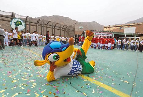 Fuleco on yksi huomenna torstaina alkavien jalkapallon MM-kisojen tähdistä. Kesäkuun alussa se esiintyi Perussa turnauksessa, joka järjestettiin Liman vankilan 300 vangille.