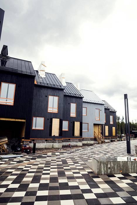 Trä Kronorin townhouse-talot, kohteet 28–29, eivät olleet kuvauspäivänä täysin valmiita.