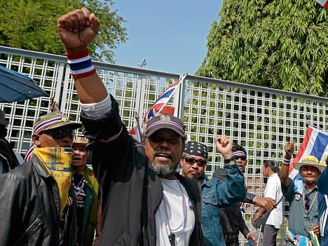 Mielenosoittajat saartoivat vaaliehdokkaiden rekisteröinnille varatun stadionin maanantaina Bangkokissa.