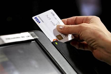 Luottokorttien käyttö lisääntyi Suomessa viime vuonna.