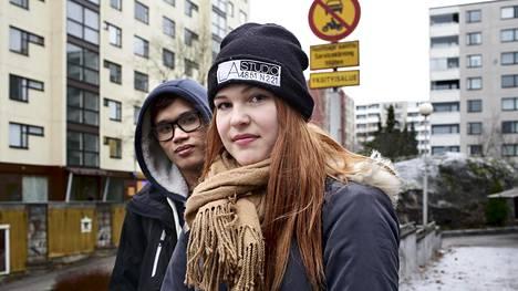 Jasmin Blomstedt kaipaa Pihlajistoon enemmän palveluita. Vieressä vantaalainen Leo Haanpää.
