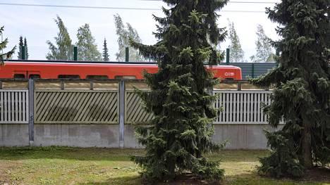 Uusi metallinen melueste (takana) on korkeampi kuin metron vanha melueste (edessä), jolloin se  heijastaa metron synnyttämän melun vanhan esteen ylitse suoraan asuinalueelle.