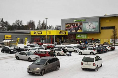 Iso osa asiakkaista saapuu Vantaan Porttipuiston myymälään autolla.