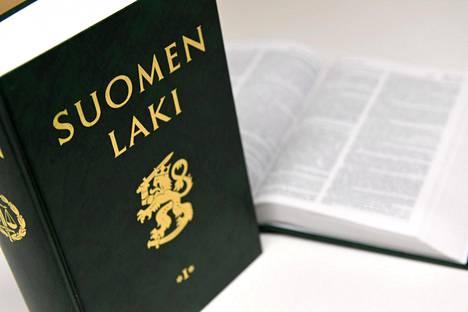 Suomi käsitteli torstaina koronaepidemian vaatimia toimia. Esillä oli mahdollisuus ottaa käyttöön poikkeusoloihin tarkoitettu valmiuslaki.