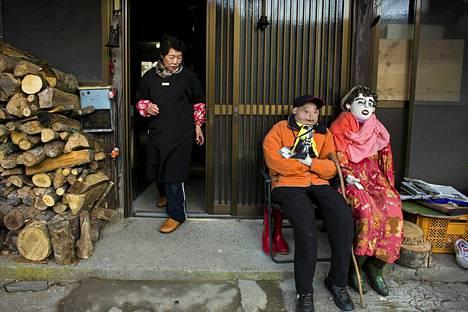 Kylän asukkaat tilaavat Tsukimi Ayanolta linnunpelättimiä, jotka muistuttavat Nagorosta pois muuttaneita tai kuolleita kyläläisiä.