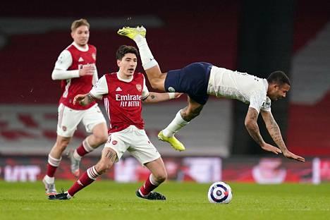 Manchester Cityn Gabriel Jesus ilmassa, Arsenalin Hector Bellerin levittelee käsiään.