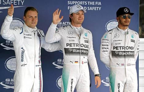 Valtteri Bottas tervehti yleisöä aika-ajon jälkeen Nico Rosbergin ja Lewis Hamiltonin kanssa.