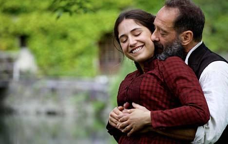 Vincent Lindon (oik.) esittää kuvanveistäjä Auguste Rodinia ja Izïa Higelin hänen rakastettuaan Camille Claudelia.