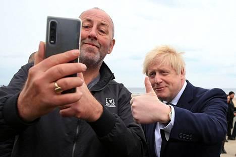 Britannian pääministeri Boris Johnson poseerasi ja peukutti paikallisten kanssa kampanjoidessaan Hartlepoolin vaalipiirissä Koillis-Englannissa. Konservatiivipuolue toivoo yllätysvoittoa Hartlepoolin torstaisissa täytevaaleissa. Perinteisesti vaalipiiristä on valittu aina työväenpuoluelainen kansanedustaja.