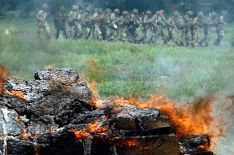 Meksikolaissotilaat polttivat takavarikoituja huumeita Monterreyssä 2010.