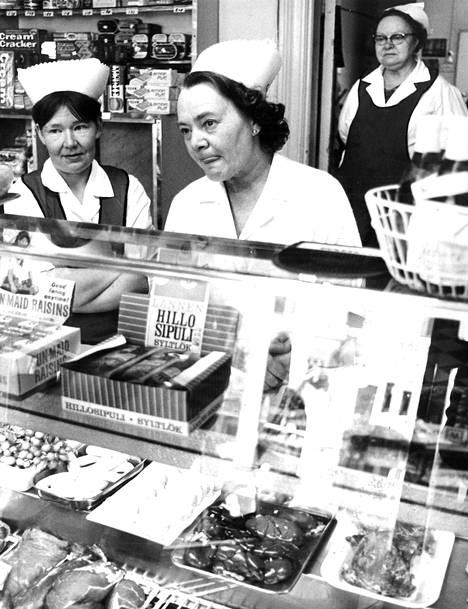Pitkäksi venyisi työpäivä eikä asiakkaita taitaisi riittää, jos kaupat olisivat kahdeksaan asti auki, tuumivat myyjät Liisa Mehtäläinen (vas.), Fanni Salomaa ja Kaarina Hoffren.
