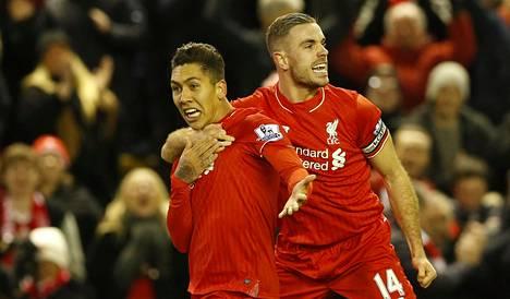 Liverpoolin Roberto Firmino ja Jordan Henderson juhlivat Firminon tekemää toista maalia.