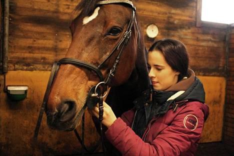 Helsingistä opiskelupaikan takia muuttanut Meemi Saarela löysi hevosensa ja koiransa kanssa uuden kodin Rautalammilta.