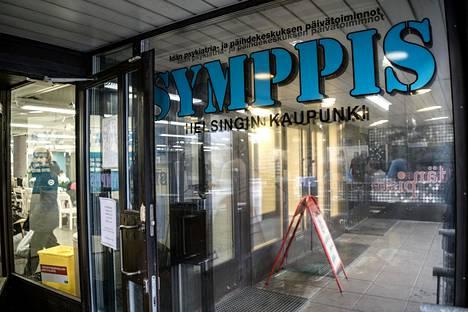 Itäkeskuksen Symppis-päivätoimintakeskus alkoi 1. kesäkuuta lähtien palauttaa palveluitaan vähitellen. Sisällä saa toistaiseksi olla samanaikaisesti korkeintaan kymmenen asiakasta.