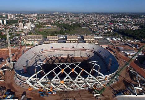 Manauksen uudella stadionilla pelataan ensi kesän MM-kilpailuissa neljä ottelua. Rakennustöistä oli paikallishallinnon mukaan elokuun alussa valmiina 74 prosenttia. Työt alkoivat vuonna 2010.