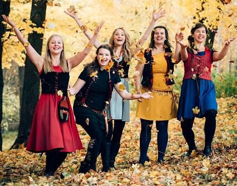 Ilo Ensemblessä laulavat ja lauluja tekevät Salla Haavisto, Lotta Hagfors, Ulla Silvennoinen, Tiina Palmén ja Helmi Camus.