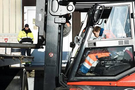 Roihuvuoren ammattikoulun logistiikan osastolla opetetaan tulevia rekkakuskeja.