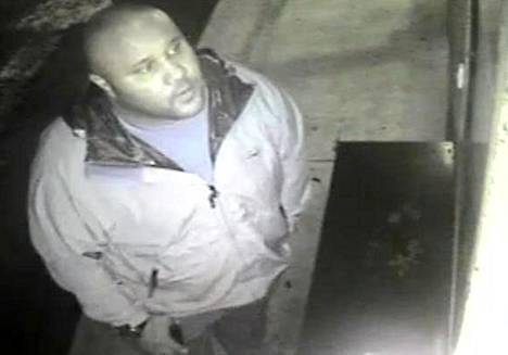 Christopher Dorner poliisin julkaisemassa valvontakamerakuvassa.