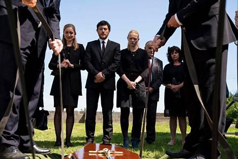 Mary-äidin hautajaiset eivät lähennä Hoganin sisarusten välejä. Fiona (Gráinne Keenan, vas.) ja Michael (Diarmuid Noyes) vierastavat myös Catin (Carolina Main) oletuksia äidin kuolinsyystä.